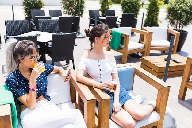 Girlfriends détente assis sur des fauteuils