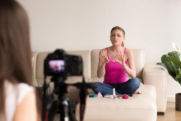 Girlfriends enregistrement beauté vlog avec des produits cosmétiques