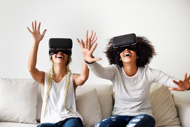Girlfriends essayant des casques vr