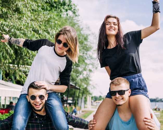Girlfriends se moquer avec des petits amis à l'extérieur