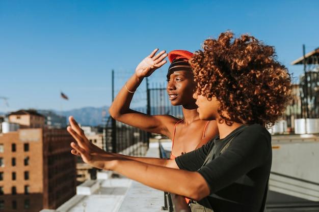 Girlfriends traîner sur un toit de la