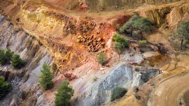Gisements de minerai et de sulfure dans la mine à ciel ouvert de kokkinopezoula près de mitsero, à chypre. détail du paysage coloré, vue aérienne