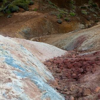 Gisements minéraux pastel et paysage herbeux