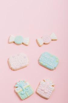 Glaçage de biscuits au chocolat; forme de boîte cadeau sur fond rose