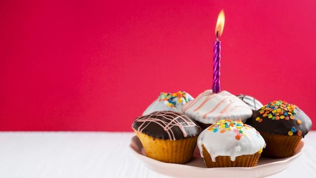 Glaçage de petits gâteaux avec espace de copie