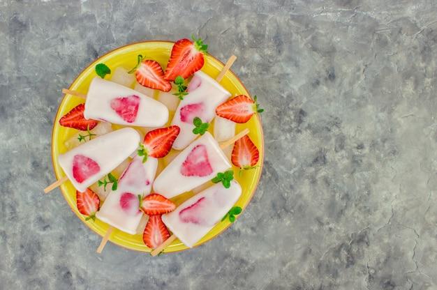 Glace artisanale aux fraises. mise au point sélective.
