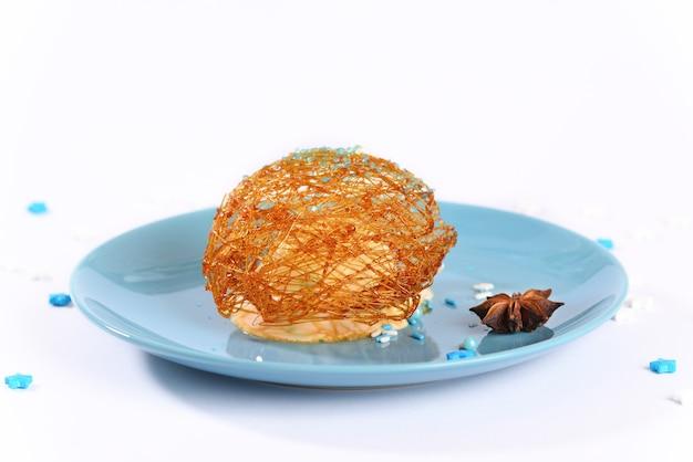 Glace au caramel au sucre sur une plaque bleue