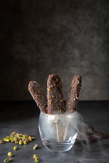 Glace au chocolat aux pistaches et à la vapeur. saison d'été, été chaud.