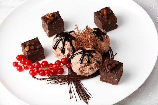 Glace au chocolat, groseilles rouges, décorées de chocolat