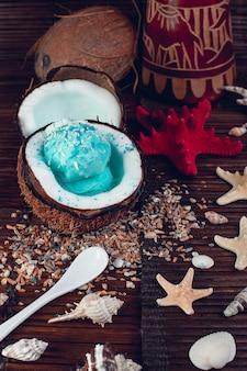 Glace bleue dans un bol de noix de coco.