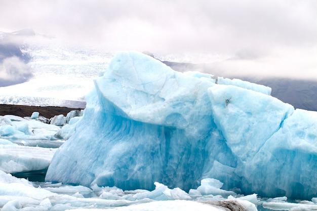 Glace bleue dans le glacier vatnajökull en islande