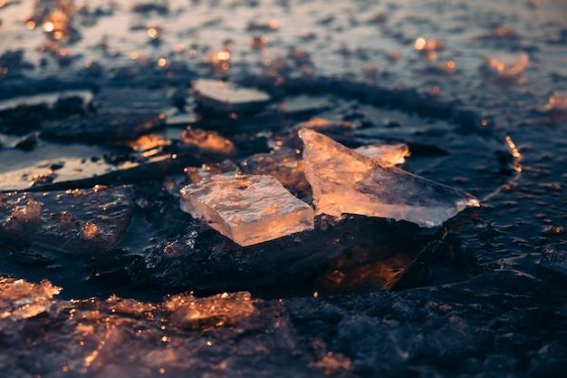 Glace brisée sur le lac dans la lumière du soleil du matin morceaux de glace se bouchent