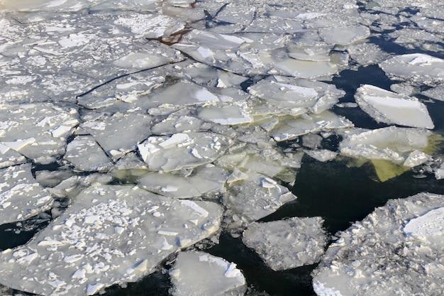 Glace brisée à la surface de la rivière en hiver. texture de glaçons