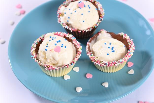 Glace dans des muffins au chocolat