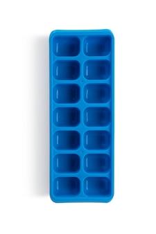 La glace du congélateur en plastique bleu sur fond blanc