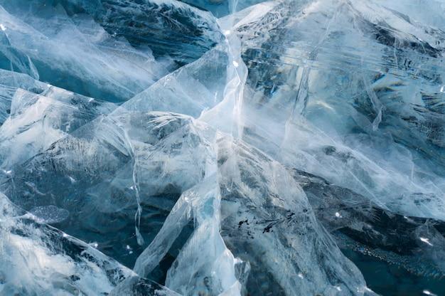 Glace épaisse bleue avec de nombreuses fissures