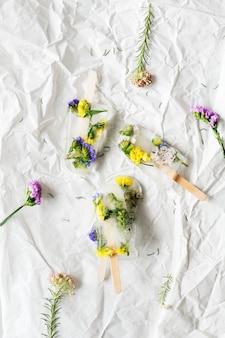 Glace de fleurs sauvages d'été faite maison