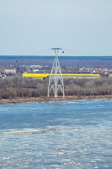 La glace flotte sur la volga au printemps
