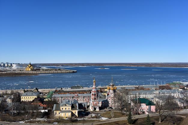 La glace fond sur la volga au printemps. nijni novgorod