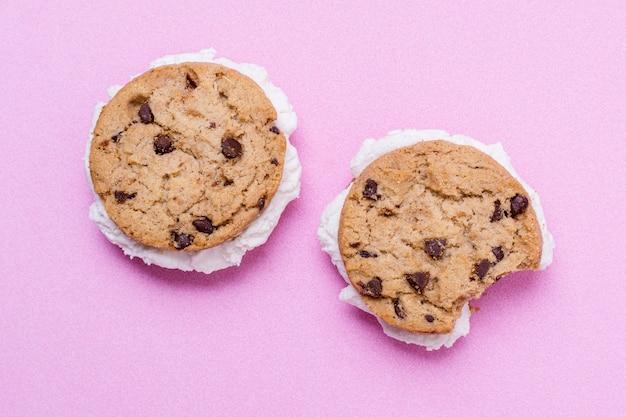 Glace fondue minimaliste et biscuits