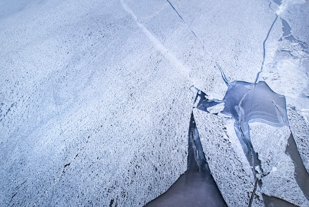 Glace gelée sur la rive du réservoir en arrière-plan, vue à vol d'oiseau.