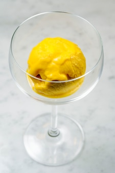 Glace jaune servie en verre