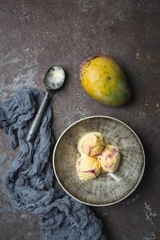 Glace à la mangue maison dans un bol avec des fruits frais
