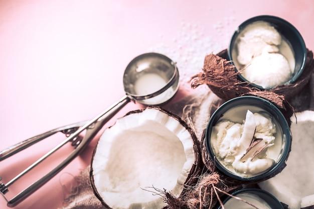 Glace à la noix de coco sur fond rose