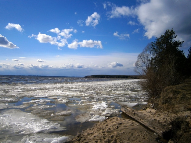 La glace sur la rivière fond au printemps