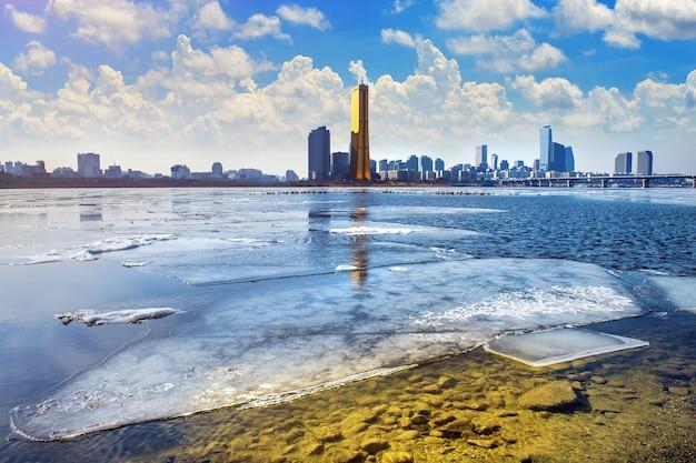 Glace de la rivière han et paysage urbain en hiver, séoul en corée du sud.