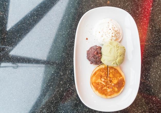Glace à thé vert avec crêpes, haricots rouges et crème fouettée