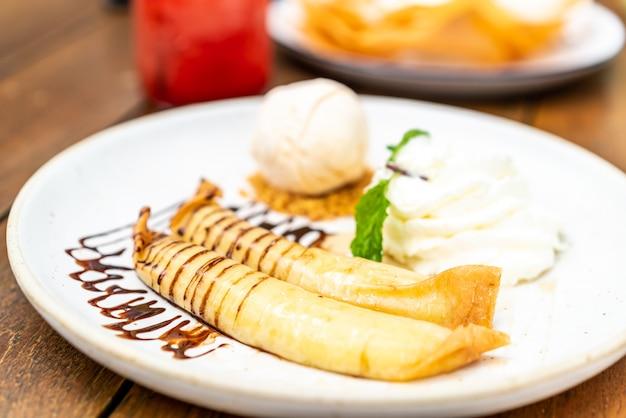 Glace vanille avec crêpe de banane et crème fouettée