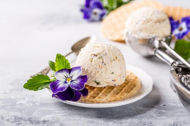 Glace vanille avec fleurs comestibles