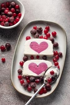 Glace à la vanille fourrée aux petits fruits