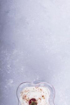 Glace vanille fraise avec cannelle en poudre, vue du dessus