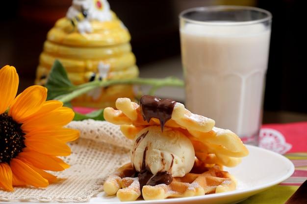 Glace vanille avec gaufres et chocolat