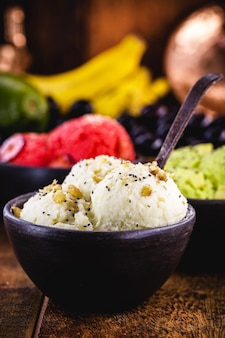 Glace végétalienne à la banane sans lait dans un bol en argile fait à la main, nourriture saine sans ingrédients d'origine animale