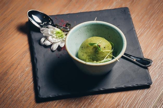Glace verte à la pistache et à la lime