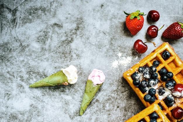 Glaces et gaufres aux délicieux fruits rouges riches en vitamines