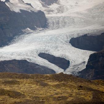Glacier dans la vallée de montagne
