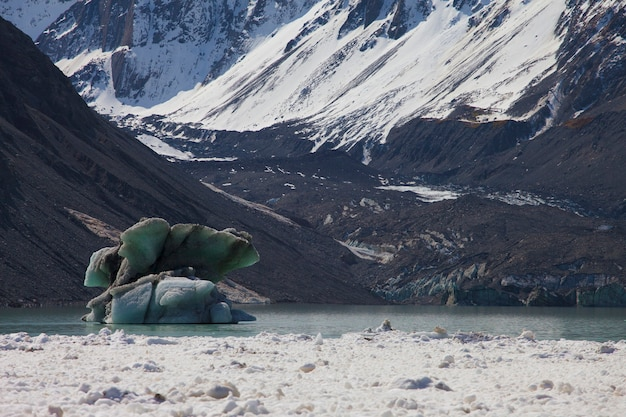 Glacier de glace dans le lac. mount cook, nouvelle-zélande
