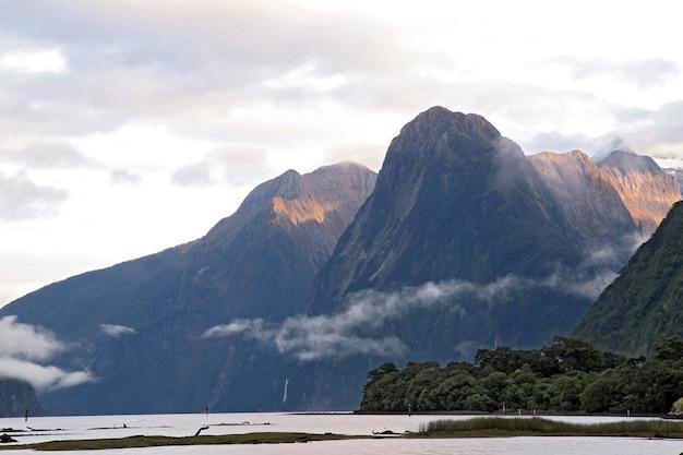 Glacier de haute montagne lever du soleil à milford sound, nouvelle-zélande
