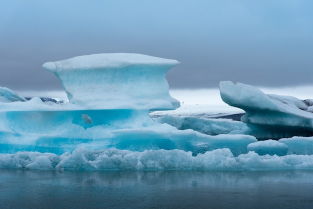Glacier en islande avec temps nuageux