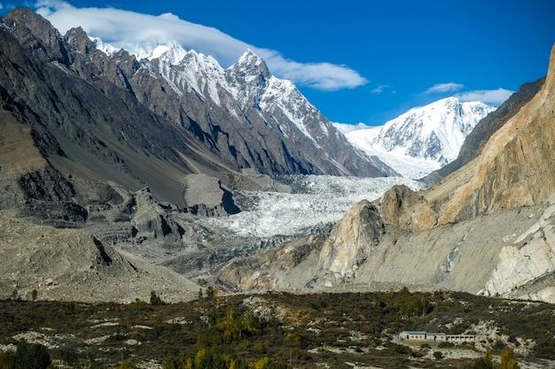 Glacier de passu entouré de montagnes dans le karakoram. gilgit-baltistan, pakistan.