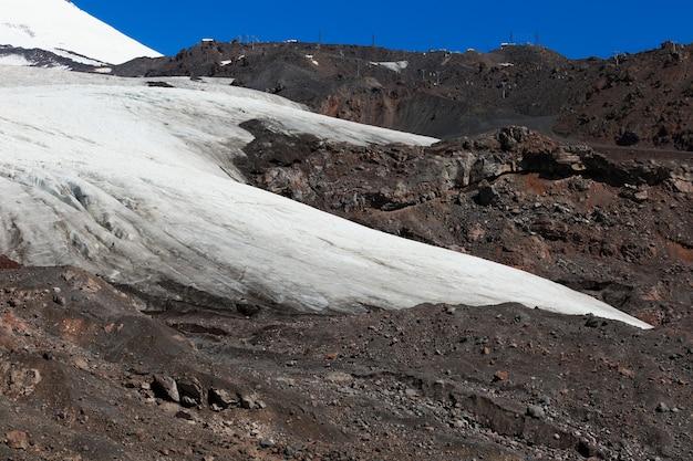 Glacier sur la pente du mont elbrouz dans le caucase du nord en russie.