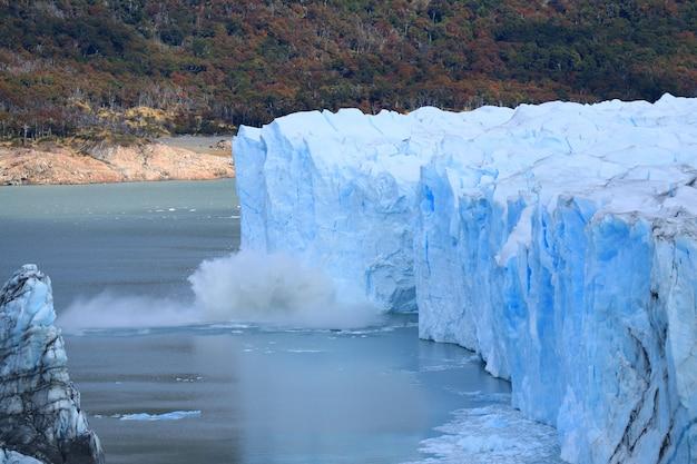 Glacier perito moreno vêlant au lac argentino