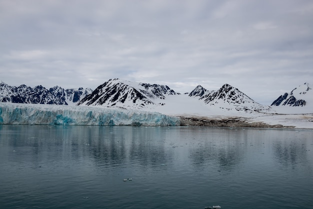 Glacier sur svalbard, arctique - vue depuis le navire d'expédition