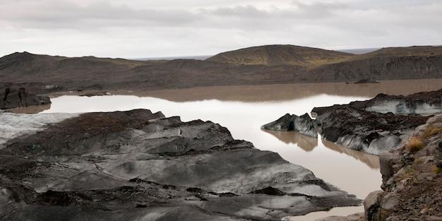 Des glaciers fondus, sales et boueux près du lac glaciaire