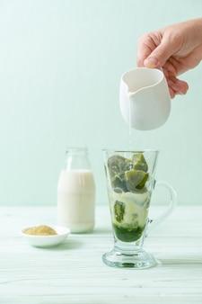 Glaçon au thé vert matcha avec du lait