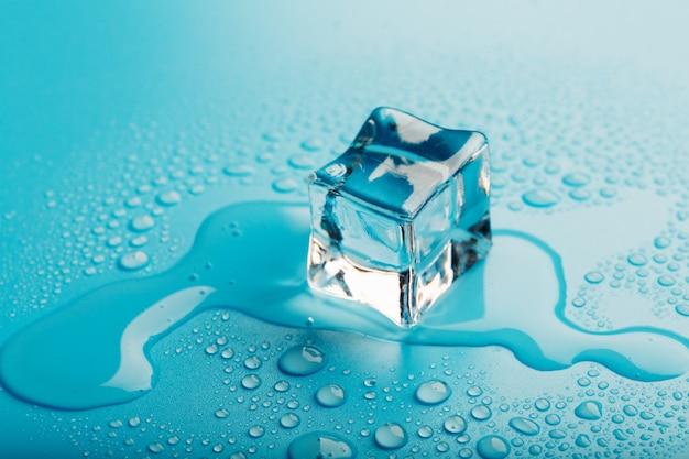 Glaçon avec des gouttes d'eau la glace fond.